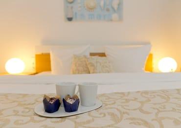 Das erste Schlafzimmer ist freundlich eingerichetet und mit einem bequemen Doppelbett (180 x 200cm / zwei getrennte Matratzen) ...