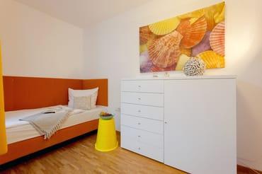 Für zwei weitere Urlaubsgäste stehen im zweiten Schlafzimmer zwei Einzelbetten (je 90x200cm) für eine erholsame Nachtruhe ...