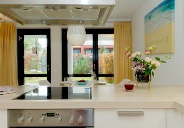 ... ausgestattet ist (inkl. Ceranfeld, Backofen, Kühlschrank mit Gefrierfach, ...