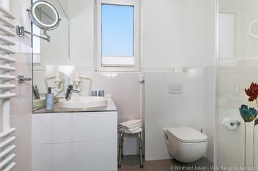 Bad mit Waschtisch, Handtuchtrockner