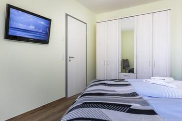 Schlafzimmer 1 - Kleiderschrank mit Spiegel