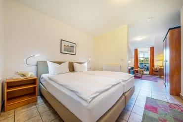 Das Doppelbett ist komfortable 1,80 x 2 m breit.