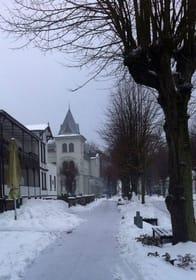 Winteransicht der Kurstraße, unmittelbare Nähe zum Haus Edelweiß