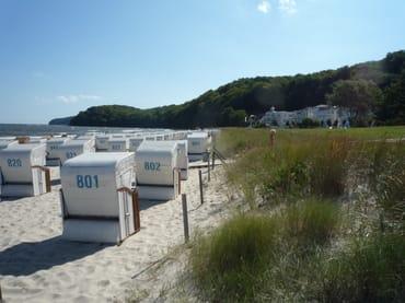 Das Foto zeigt den Strand von Binz. Von Mai bis September steht Ihnen am Strand vorm Haus ein Strandkorb kostenfrei zur Verfügung.