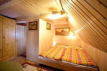 ... mit Doppelbett und Kleiderschrank.