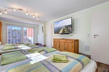 Schlafzimmer mit 2. Flat-TV