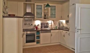 Die großzügige Küche ist vollständig ausgestattet: vom Spargeltopf bis zum Elektrogrill.