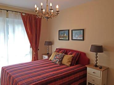 Schlafzimmer, Blick zu dem Fensterfront / Terrassenausgang.