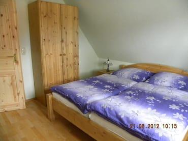 Schlafzimmer mit 2 Betten und Kinderbett