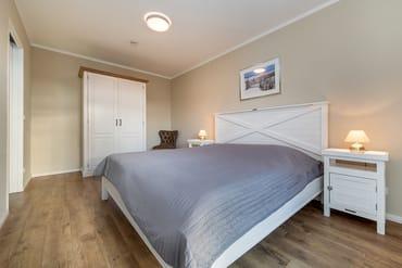 Das Schlafzimmer mit Kleiderschrank und Doppelbett.