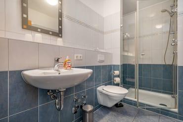 Das moderne Duschbad mit WC und Fön.