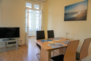 großes Wohnzimmer mit Essecke