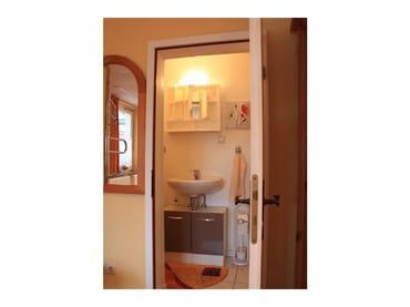 Kleines Bad mit WC und Waschgelegenheid