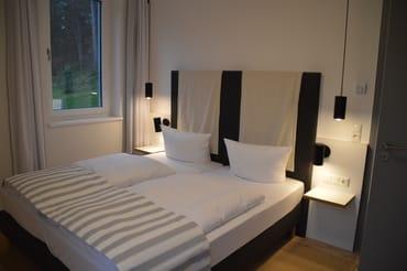 Schlafzimmer mit großem Kingsize-Bett
