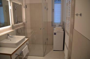 Bad mit ebenerdiger Dusche und Waschmaschine