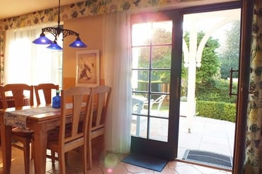 Küchenbereich mit Ausgang auf die Terrasse und in den Garten