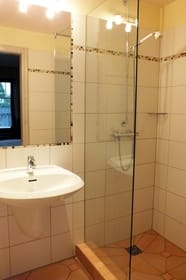 Duschbad mit geräumiger gefliester Dusche