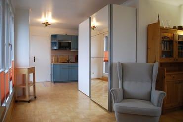 Blick zur Küche und zum Schlafraum (links befindet sich die Dachterrasse)