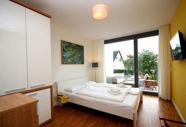 1. Schlafzimmer im EG mit TV