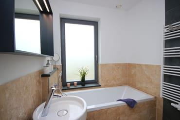 Tageslichtbad mit Badewanne im EG