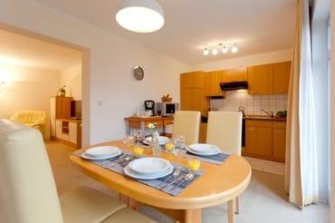 ... bietet die in den Wohnraum integrierte Küchenzeile dank Backofen, Kochfeld, Kühlschrank mit Gefrierfach, Wasserkocher, Kaffeemaschine, Toaster beste Voraussetzungen.