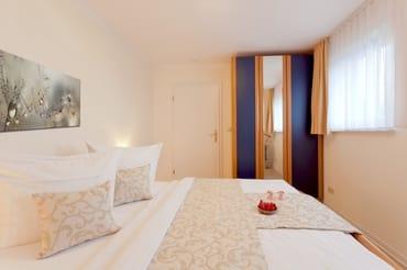 Zur Nachtruhe lassen Sie sich in das bequeme Doppelbett (180 x 200cm / zwei getrennte Matratzen) ...