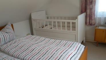 Schlafzimmer mit zusätzlichem Kinderbett