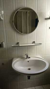 Waschbecken ,Ablage und Spiegel