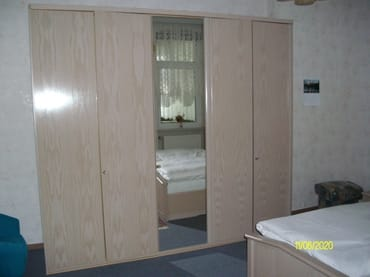 Schlafzimmerschrank und Doppelbett