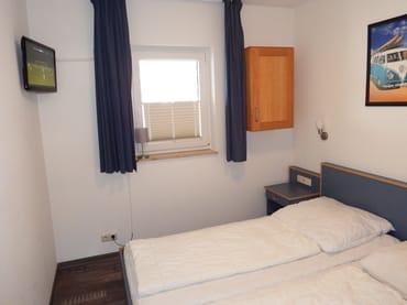 Schlafzimmer mit 2. Fernseher und breitem Bett 180 x 200 cm