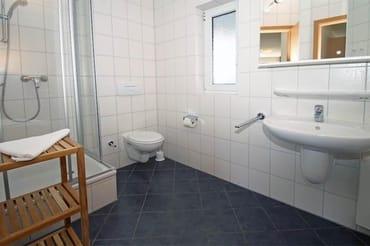 geräumiges Duschbadezimmer mit Fenster
