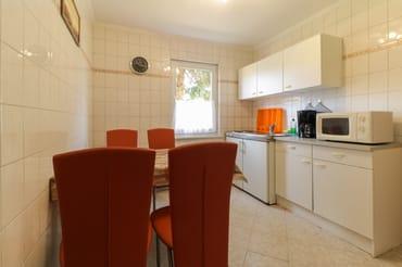 Küche mit Microwelle und Essbereich
