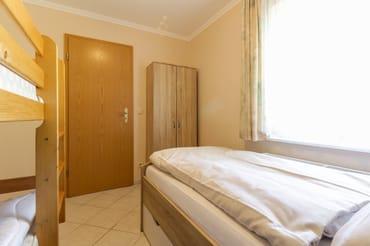 Schlafzimmer 2 mit einem Einzel- und einem Doppelstockbett