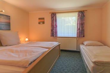 Schlafbereich mit einem Doppel- und einem Einzelbett