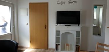 TV im Wohnbereich (Tür zum Bad)