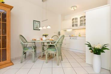 Der Eßbereich und die Küchenzeile im Wohnzimmer.