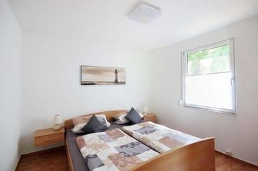 Hauptschlafzimmer ist mit einem Doppelbett und einem Kleiderschrank