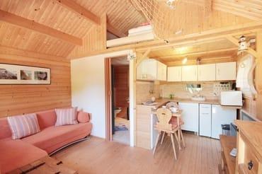 Wohn-, Küchen- und Schlafbereich in der kleinen Fischerhütte