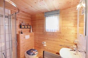 Tageslichtbad mit Dusche in der kleinen Fischerhütte