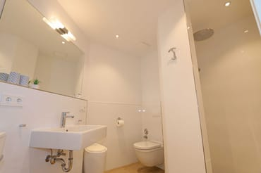 2. Badezimmer mit ebenerdiger Regendusche, Waschplatz, Kosmetikspiegel und WC