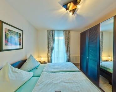 Schlafzimmer, erhöhte Betten, 5-türiger Kleiderschrank