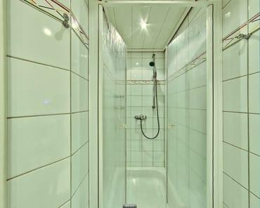 Die geräumige Dusche