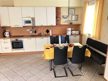 Erdgeschoss: Essbereich mit moderner Küchenzeile