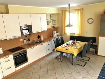 Erdgeschoss: Küchenzeile mit Essplatz
