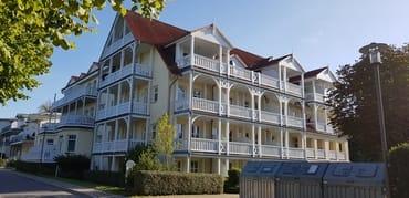 Zur Wohnung gehört der mittlere überdachte Balkon im Dachgeschoss