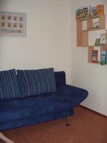 Das 2. Schlafzimmer mit einer Ausziehcouch 145x200 und Kleiderschrank
