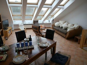 Lichtdurchflutetes Wohnzimmer mit gemütlichem Sofa