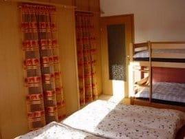 Schlafzimmer I mit begehbarem Kleiderschrank und Doppelstockbett für Kinder