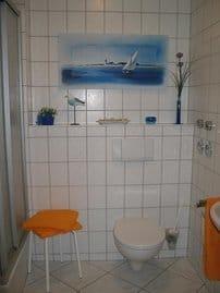 Das helle Badezimmer (mit Dusche) / WC