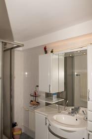Bad- Dusche mit Waschtisch